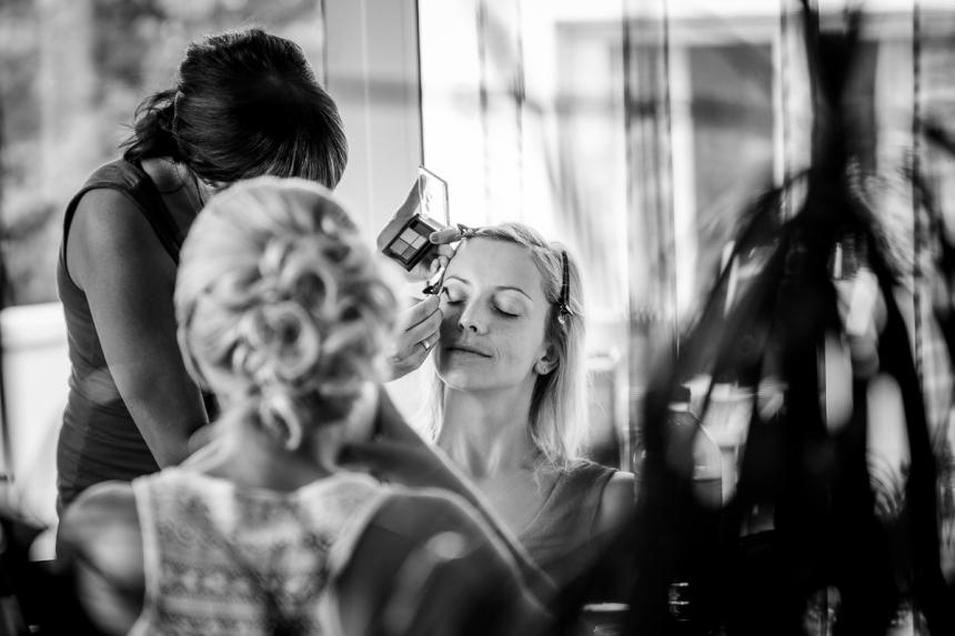 Braut beim Haare frisieren