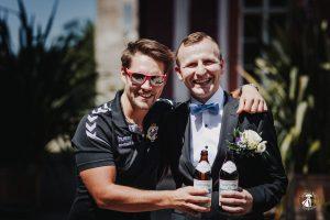 Fußballer gratulieren Bräutigam