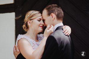 Braut streichelt Bräutigam im Gesicht